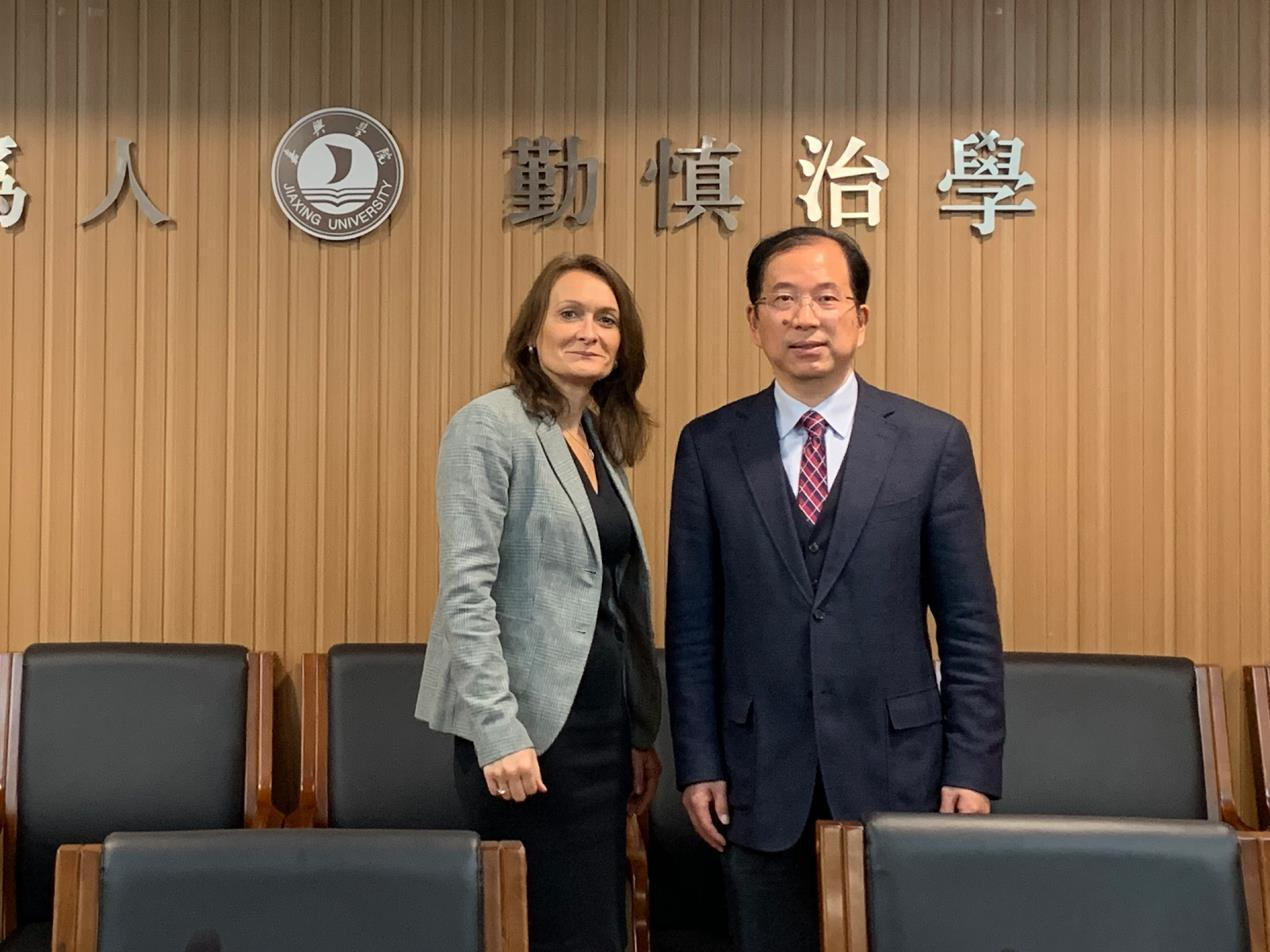 Vice Chancellor Professor Julie Mennell with President of Jiaxing University Mr Song'en Sheng